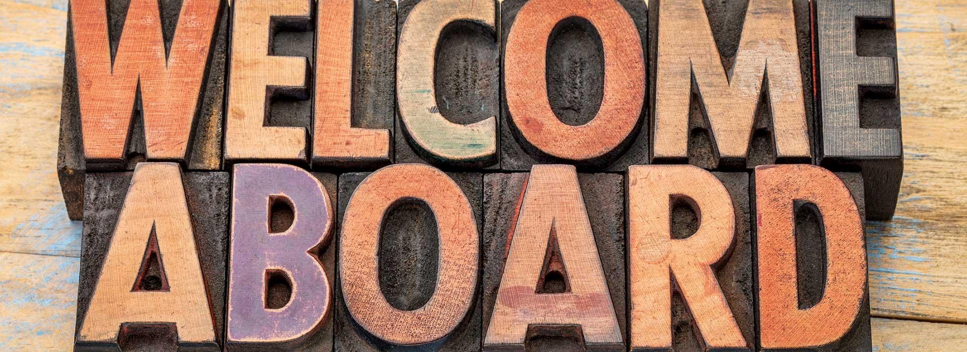 """""""Bienvenue à bord"""" écrit avec des blocs de lettres en bois"""