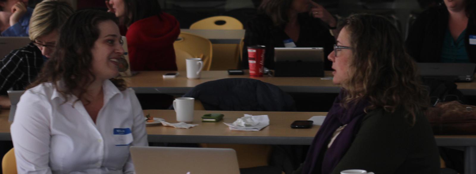 two women with name tags speaking to eachotherdeux femmes avec des étiquettes qui se parlent