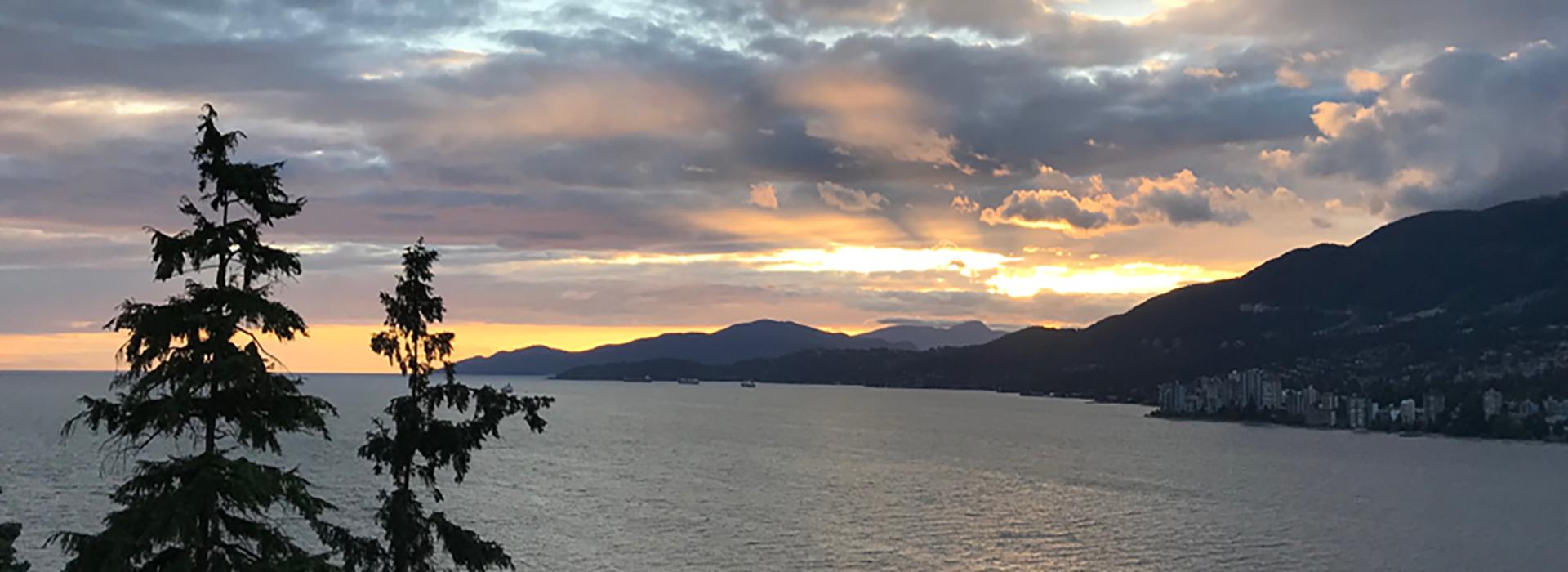 un coucher de soleil sur un plan d'eau.
