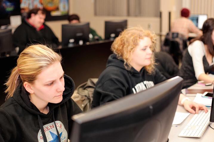 Élèves travaillant à l'ordinateur lors d'un laboratoire