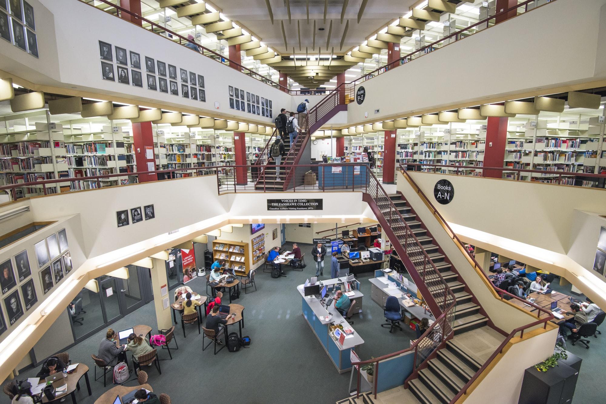 Vue intérieure de la bibliothèque du Collège Fanshawe