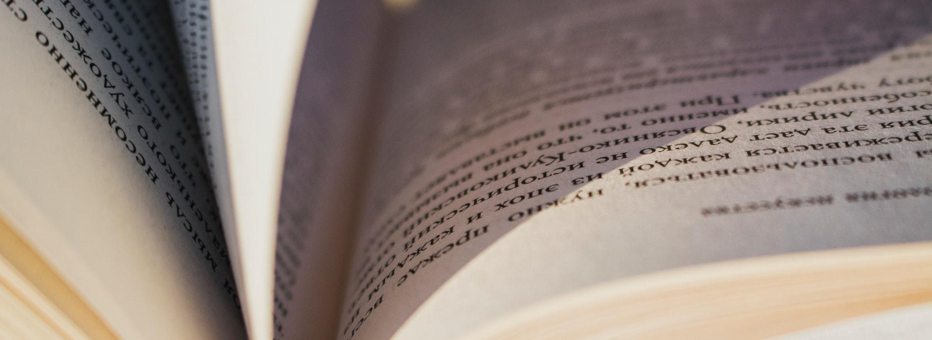 Photo rapprochée d'un livre ouvert avec des pages jaunies