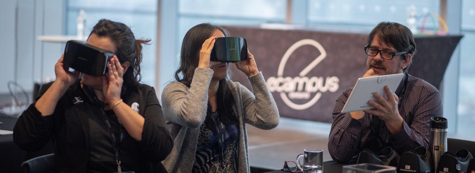 deux femmes assises avec des casques de réalité virtuelle