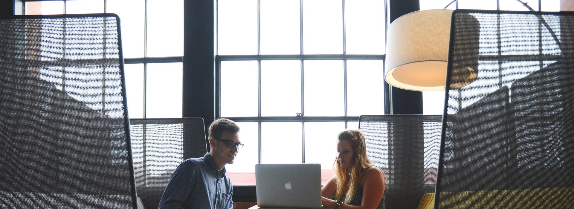 deux professionnels assis à une table