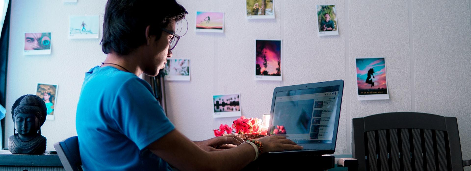 photo d'un homme tapant sur un ordinateur portable
